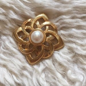 Gold and faux pearl brooche